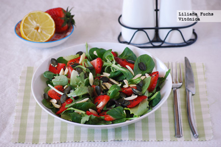 Ensalada de fresones con brotes y frutos secos. Receta saludable