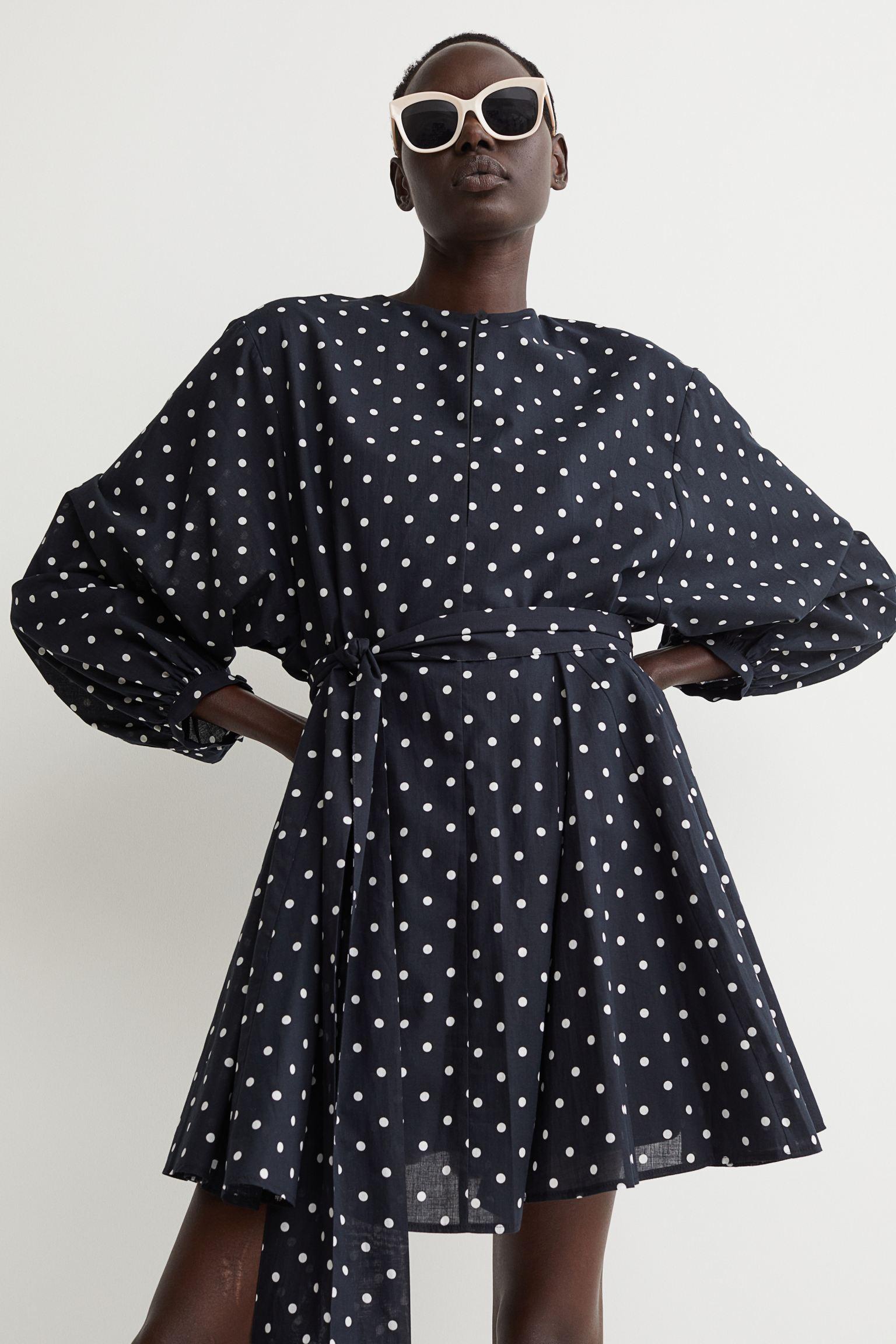 Vestido corto en tejido de algodón con cuello redondo y abertura profunda delante con cierre de corchete oculto y botón arriba
