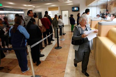 Falso: Los bancos no van a cobrar multas por usar celulares dentro de sus instalaciones
