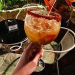 Coctel de ron con limón, naranja, fresas y kiwi. Receta de bebida refrescante