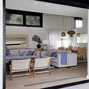 Las líneas modernas del exterior de esta casa junto a la playa del Maresne, ocultan un interior muy cálido con aires mediterráneos