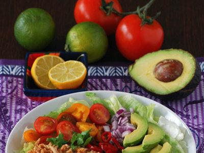 Ensalada burrito colorida con pollo y alubias. Receta
