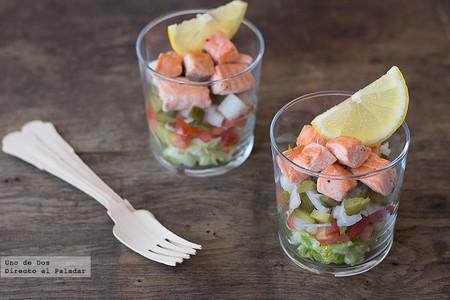 Ensalada multicolor con salmón salteado, receta con aires veraniegos