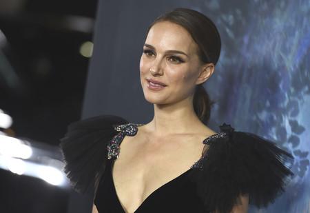 Natalie Portman enamora en Los Ángeles con un vestido negro y mágico firmado por Valentino