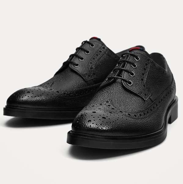 Zapato negro con textura