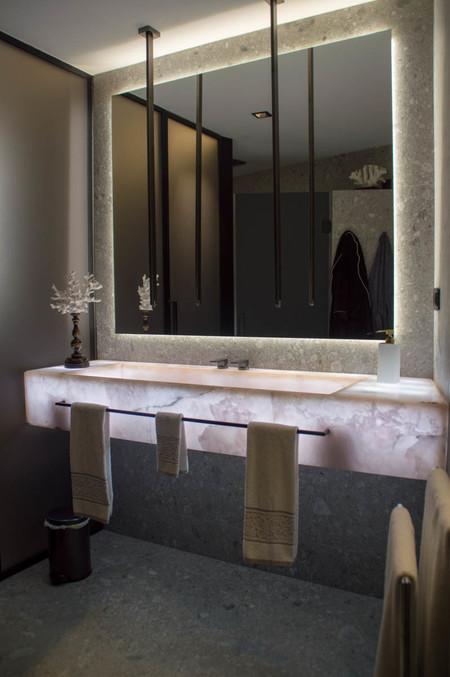 Baño con lavabo de mármol retroiluminado