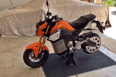 ¡Electrizante! Alguien ha convertido una Honda MSX125 en una moto eléctrica demencial de 50 CV