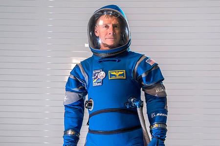 Los astronautas que enviará Boeing al espacio usarán este 'curioso' traje que parece de superhéroe