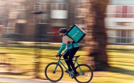 Comienza el juicio contra Deliveroo y su política laboral: qué dicen los 'riders' y cómo se defiende la empresa