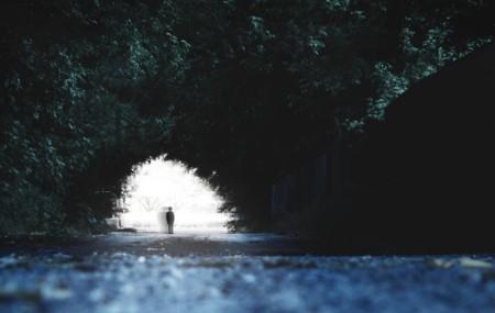 Gente cegada por el sol de luz de la sabiduría