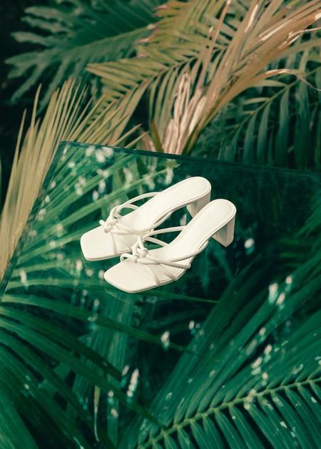 Las sandalias de punta cuadrada que arrasan en Pinterest están rebajadas en Mango