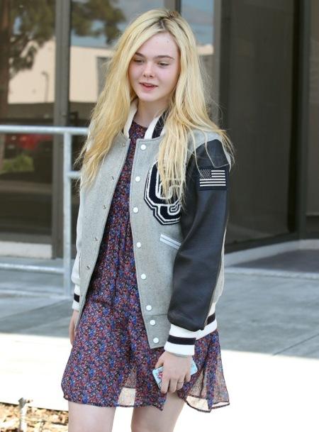 Elle Fanning se pasea por LA con su varsity jacket. ¿Ya tienes la tuya?