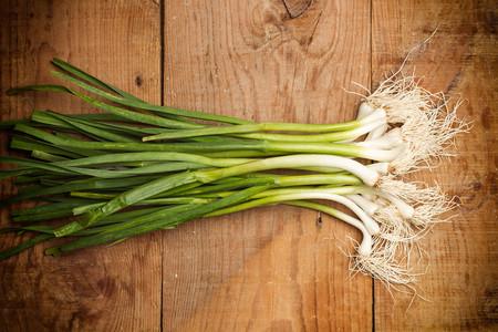Ajos tiernos o ajetes en primavera: cómo sacar partido en la cocina del ajo inmaduro en el mejor momento de su temporada