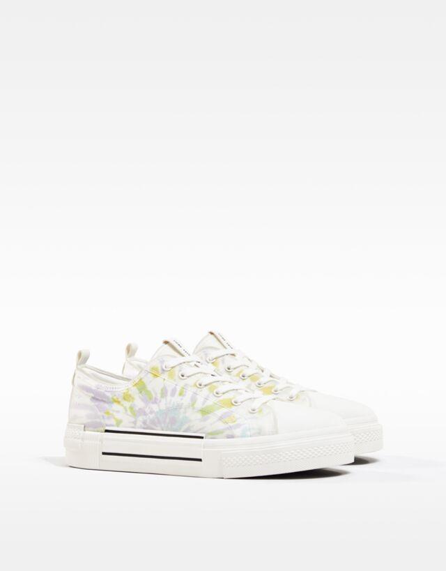 Zapatillas blancas con motivo tie-dye