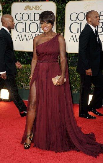 Viola Davis lució sandalias Jimmy Choo y vestido Emilio Pucci en los Globos de Oro 2012