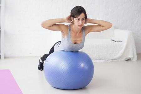 Tres intensos ejercicios para el core que puedes hacer con un fitball