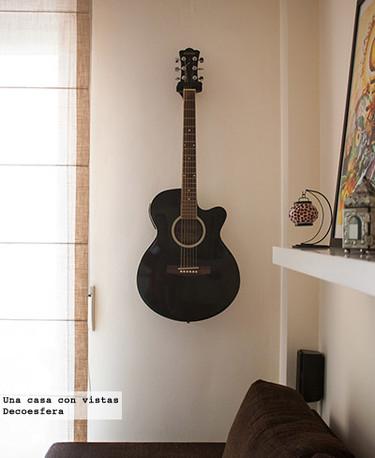 Una buena idea: decorar con guitarras colgadas