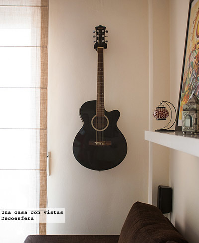 Una buena idea: decorar con guitarras colgadas