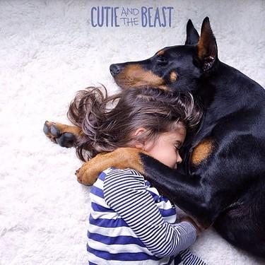 Amores perrunos: adorables imágenes de una niña junto a su mejor amigo, un dóberman de dos años