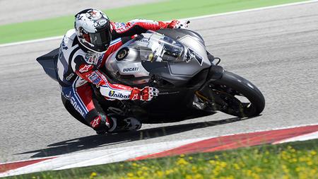 Carlos Checa se sube a la Ducati 1199 Panigale