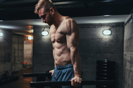 Fondos rusos: cómo hacer este ejercicio paso a paso para trabajar tus tríceps y pectorales de forma intensa