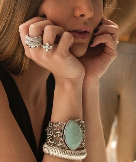 Esta colección de joyas fabricadas con materiales reciclados de smarpthones demuestra que deshacerse de un móvil viejo es tirar a la basura oro, cobre y plata