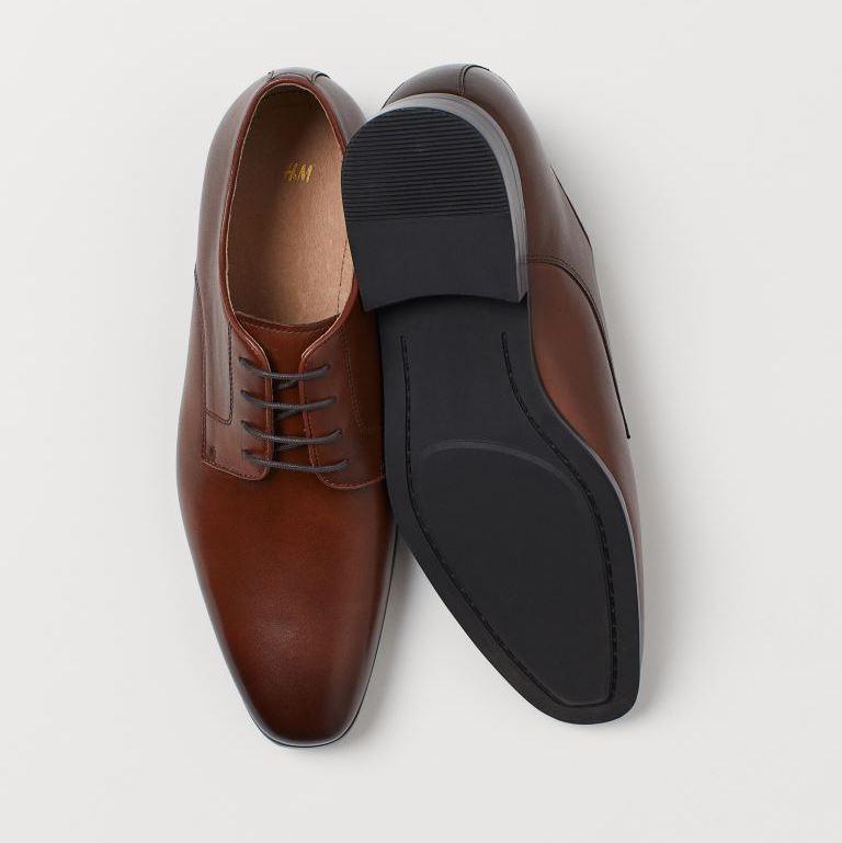 Zapatos Derby de piel con puntera angular y cordones abiertos. Forro y plantillas de piel. Suela de goma con costuras. Tacón 2 cm.