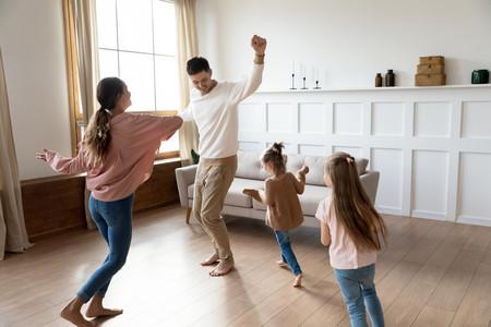Familia Bailando Casa
