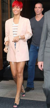 Rihanna con blazer rosa de Stella McCartney