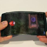 """Nunca jugar a Angry Birds fue tan """"real"""": así es HoloFlex, el móvil flexible y holográfico"""