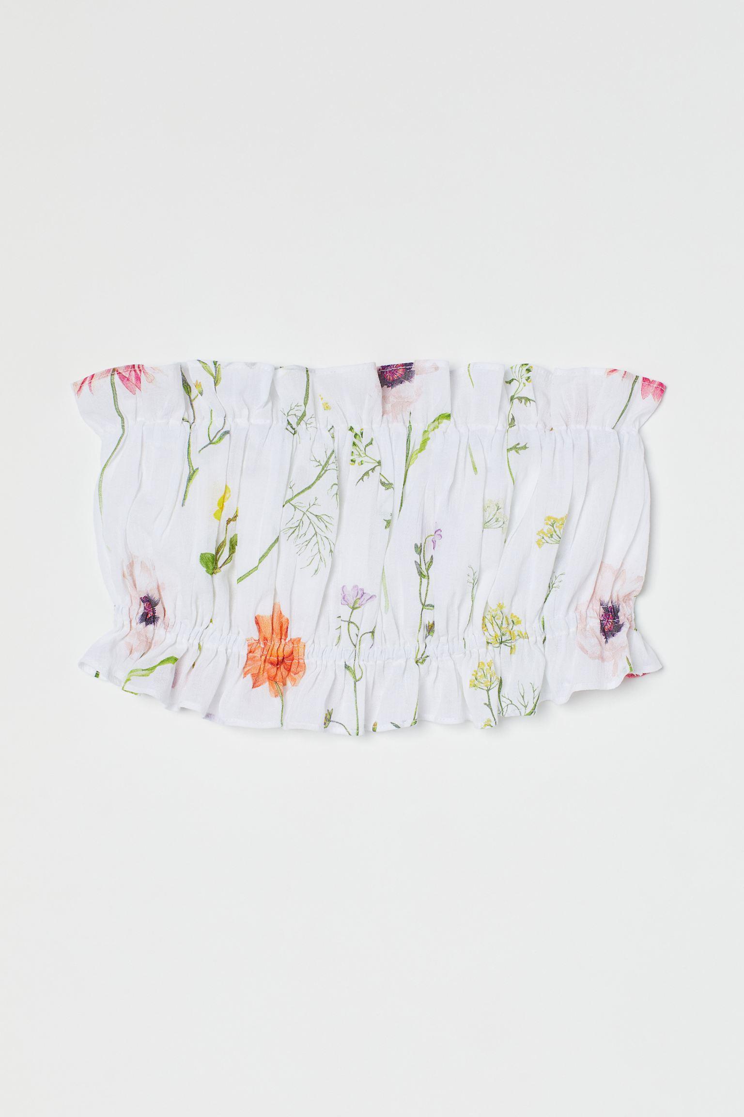 Top de tubo cropped en gasa ligera de algodón con costuras fruncidas para un efecto ligeramente drapeado. Elástico con ribete de volante en escote y bajo. Forrado. Confeccionada en algodón orgánico, esta prenda forma parte de nuestra colección de flores silvestres pintadas a mano.