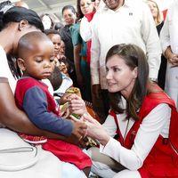 Letizia apuesta por un top lencero de Zara y por zapato plano para la visita a un hospital en Mozambique