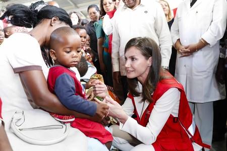 Letizia apuesta por un top lencero y por zapato plano para la visita a un hospital en Mozambique