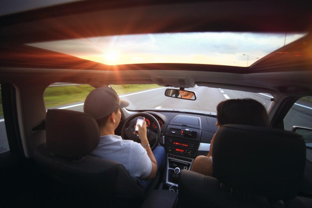 Distraernos con el móvil en el coche ?y no solo por las llamadas? es la gran plaga en seguridad vial de nuestro tiempo