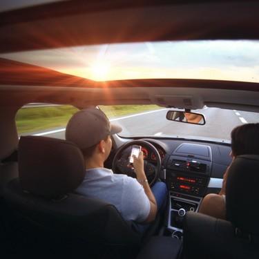 Distraernos con el móvil en el coche —y no solo por las llamadas— es la gran plaga en seguridad vial de nuestro tiempo
