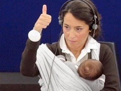 Carolina Bescansa no es la única: otras cinco diputadas que llevaron sus bebés al Congreso