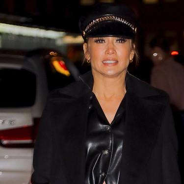 Jennifer López apuesta por todo al cuero y un abrigo largo negro perfecto para lucir todo el invierno