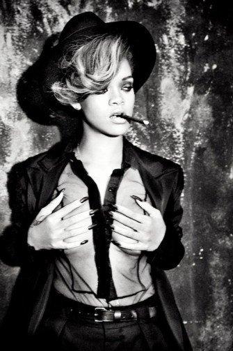Rihanna hace aguas... en la habitación de un hotel