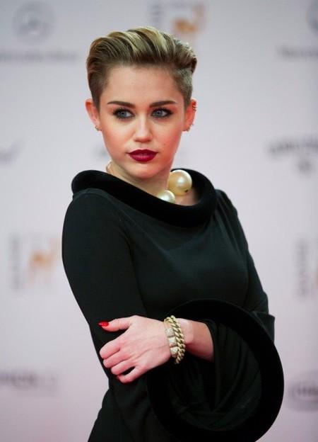 Miley Cyrus se nos vuelve Morticia para los Bambi Awards