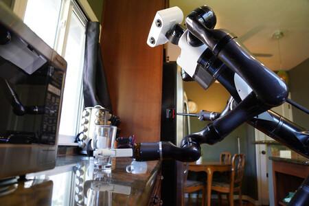 Los robots de Toyota quieren ser perfectos mayordomos: han aprendido a limpiar superficies brillantes y agarrar objetos blandos