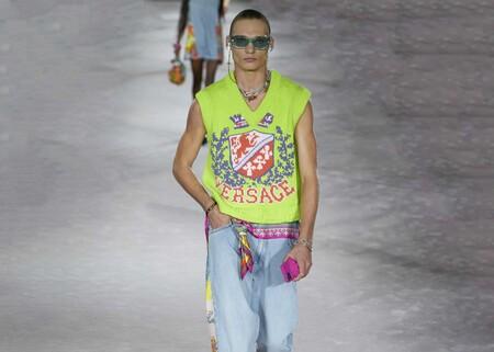 Versace los dota de color para la primavera (pero en otoño también se llevan): así son los chalecos de punto que han triunfado en Milán