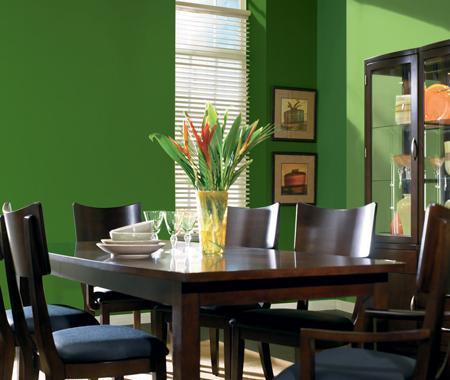 Un salón decorado en verde y wengué.