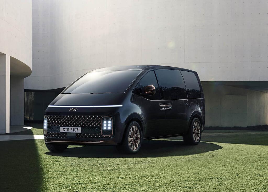 El nuevo Hyundai Staria es la furgoneta futurista que quiere que te olvides del Mercedes Clase V