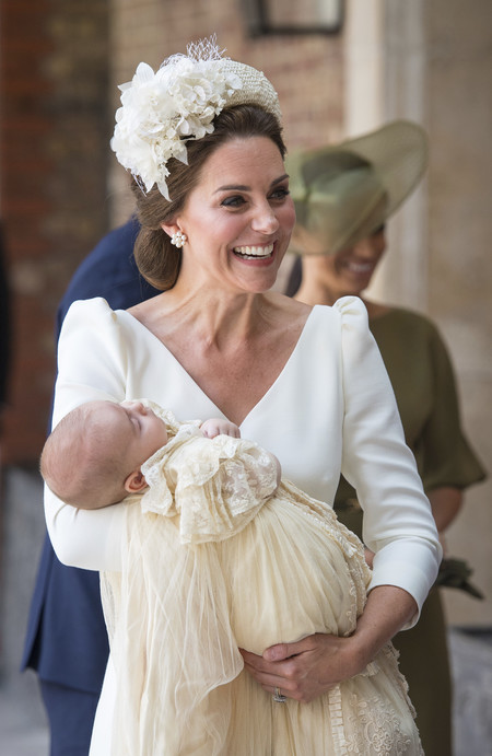 El look de Kate Middleton en el bautizo de su hijo Louise de Cambridge (otra vez de blanco)