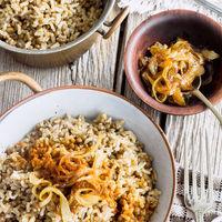 Lentejas con arroz y cebolla caramelizada. Receta fácil