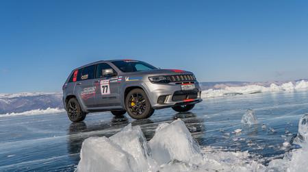 Los 717 CV del Jeep Grand Cherokee Trackhawk lo han convertido en el SUV más rápido del mundo... ¡sobre hielo!