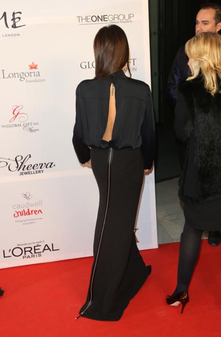 Detalle de la abertura en la espalda del diseño que lució Victoria Beckham en la Global Gift Gala celebrada en Londres en Noviembre 2013