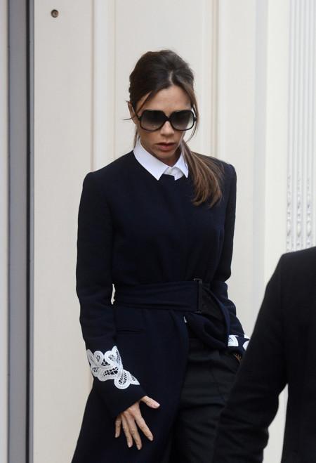 Victoria Beckham una white collar worker saliendo de su boutique londinense