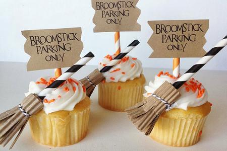 Escobas de bruja para decorar cupcakes en Halloween