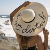 Duelo de sombreros playeros: el 'do not disturb' que arrasa entre las bloggers